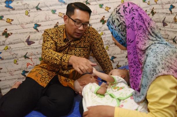 Gubernur Jawa Barat Ridwan Kamil mengunjungi bayi kembar siam Ahmad Rahman Al Ayyubi dan Ahmad Rahim Al Ayyubi - Istimewa