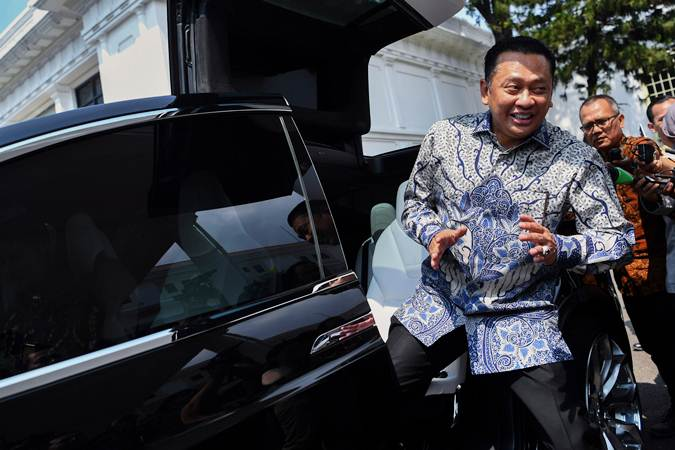 Politisi Partai Golkar Bambang Soesatyo menaiki mobil listrik seusai menemui Presiden Joko Widodo di Kompleks Istana Kepresidenan Jakarta, Senin (15/7/2019). - ANTARA/Wahyu Putro A