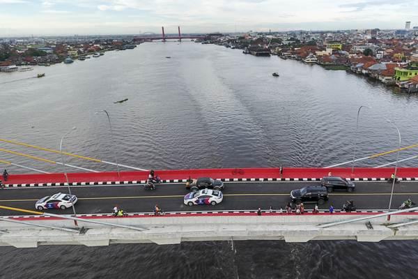 Kendaraan melintasi Jembatan Musi IV saat uji coba operasional jembatan tersebut di Palembang, Sumatra Selatan, Kamis (3/1/2019). - ANTARA/Nova Wahyudi