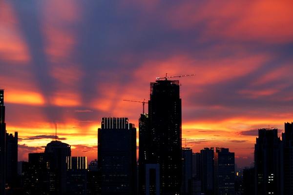 Siluet gedung perkantoran dan apartemen saat matahari terbenam, di Jakarta, Rabu (29/3). - REUTERS/Darren Whiteside