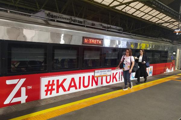 Penumpang melintas di samping Kereta Argo Parahyangan (Gambir/Bandung) yang dioperasikan dengan nuansa tematik kemerdekaan untuk memeriahkan HUT ke/74 Indonesia. Foto: Daop I Jakarta PT KAI