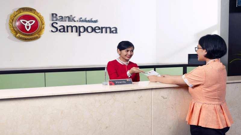 Karyawan Bank Sampoerna tengah melayani nasabah. - Bisnis/istimewa