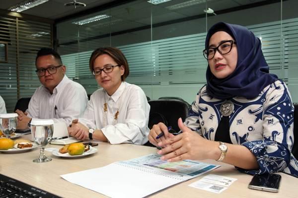 Emma Sri Martini (kanan) saat masih menjabat sebagai Direktur Utama PT Sarana Multi Infrastruktur, memberikan penjelasan mengenai kinerja perusahaan saat berkunjung ke redaksi Bisnis Indonesia di Jakarta, Senin (30/7/2018). - JIBI/Dedi Gunawan