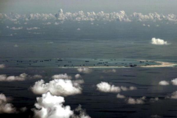 Foto aerial dari pesawat militer Filipina memperlihatkan bagaimana China melakukan reklamasi di pulau karang di kawasan Kepulauan Spratly di Laut China Selatan yang letaknya berada di sebelah Barat Palawan, Filipina (11/5/2015). - Reuters/ Ritchie B. Tongo