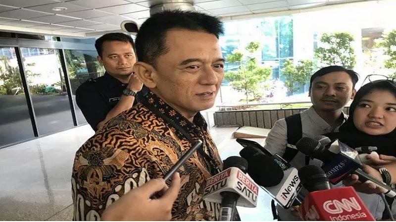 Mantan Komisioner KPK Chandra Hamzah, Senin (18/11) mendatangi Kantor Kementerian BUMN, Jalan Merdeka Selatan. - Antara