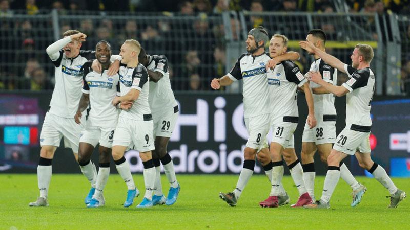 Para pemain Paderborn ,erayakan gol kedua mereka ke gawang Vorussia Dortmund yang dicetak Streli Mamba (kedua kiri). - Reuters/Leon Kugeler