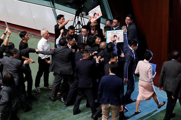 Pemimpin eksekutif Hong Kong Carrie Lam (kedua kanan) meninggalkan gedung Dewan Legislatif setelah batal menyampaikan pidato tahunan terkait kebijakan pemerintah setempat karena adanya protes yang dilancarkan anggota legislatif pro demokrasi, di Hong Kong, Rabu (16/10/2019). - Reuters/Tyrone Siu