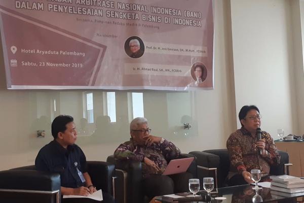 Wakil Ketua Badan Arbitrase Nasional (BANI) Palembang Ahmad Rizal (kanan) bersama Ketua BANI Palembang Joni Emirzon memberikan pemaparan terkait peran BANI dalam penyelesaian sengketa bisnis di Indonesia di Palembang, Sabtu (23/11/2019). - Bisnis/Dinda Wulandari