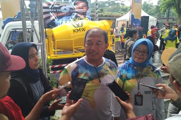 Kepala Dinas Perindustrian dan Perdagangan (Disperindag) Jawa Barat (Jabar) Moh. Arifin Soendjayana memberikan keterangan kepada wartawan dalam Jabar Otofest 2019 di Gedung Sate, Bandung, Sabtu (23/11/2019). - Bisnis/Wisnu Wage