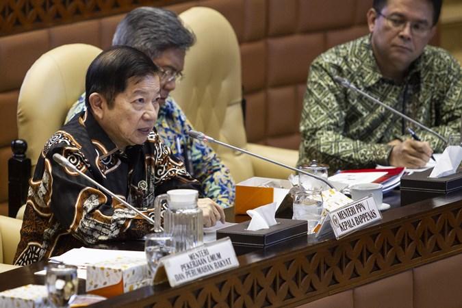 Menteri PPN/Kepala Bappenas Suharso Monoarfa (kiri) mengikuti rapat kerja dengan Komisi V DPR di Kompleks Parlemen, Senayan, Jakarta, Rabu (20/11/2019).  - ANTARA/Dhemas Reviyanto