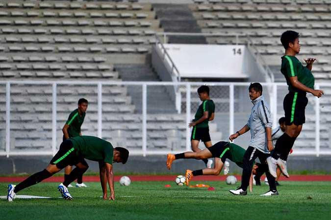 Pelatih Timnas Indonesia U-23 Indra Sjafri (kedua kanan) memimpin jalannya latihan di Stadion Madya di Senayan, Jakarta. - Antara/Sigid Kurniawan