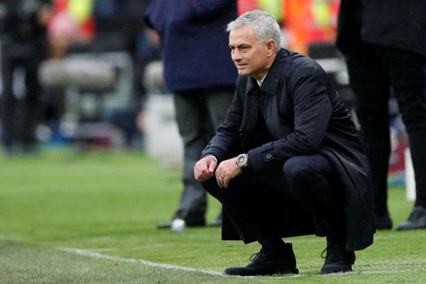 Jose Mourinho saat mengarahkan Tottenham Hotspur menang 3 - 2 atas West Ham. - Reuters/David Klein