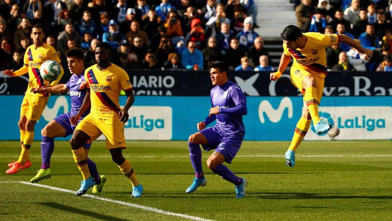 Striker FC Barcelona Luis Suarez (kanan) menanduk bola untuk menjebol gawang Leganes. - Reuters/Javier Barbancho
