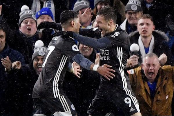 Penyerang Leicester City Ayoze Perez (kiri) merayakan golnya ke gawang Chelsea bersama Jamie Vardy. - Reuters/Toby Melville