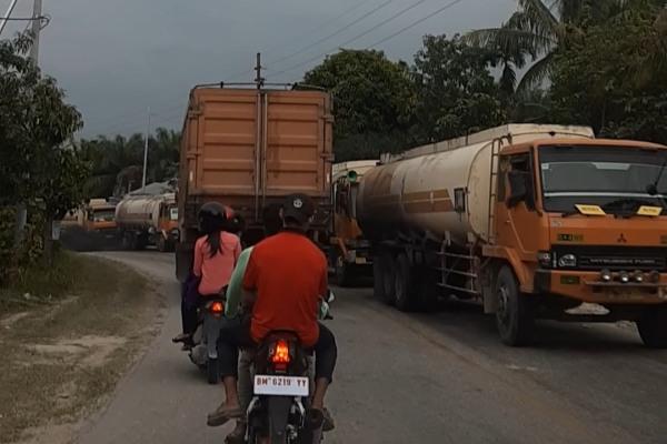 Kendaraan angkutan barang yang didominasi truk minyak mendominasi jalan Pekanbaru-Dumai. - Bisnis/Foto/foto: Himawan L. Nugraha