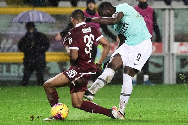Striker Inter Milan Romelu Lukaku (kanan) melepas tendangan yang menghasilkan gol ketiga timnya ke gawang Torino. - Reuters/Massimo Pinca