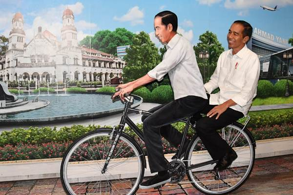 Presiden Joko Widodo (kanan) di sela-sela peresmian Terminal Baru Bandara Internasional Ahmad Yani, di Semarang, Jawa Tengah, Kamis (7/6/2018). - Biro Pers Setpres/Laily Rachev