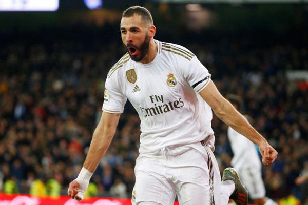 Penyerang Real Madrid Karim Benzema selepas menjebol gawang Real Sociedad. - Reuters/Javier Barbancho