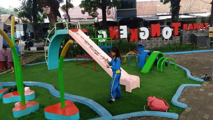 Seorang anak bermain di taman dengan fasilitas keamanan terlengkap di Kota Bandung - Bisnis/Dea Andriyawan
