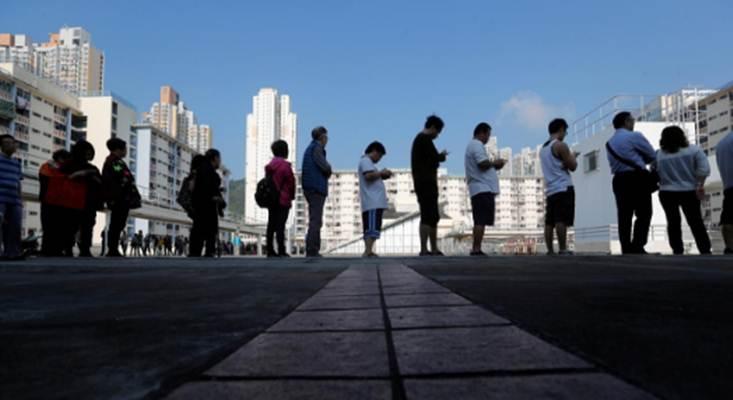 Warga antre untuk memberikan suara pada pemilihan distrik di Hong Kong, 24 November 2019. - REUTERS/Adnan Abidi