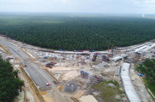 Foto aerial proyek pembangunan persimpangan jalan tol Pekanbaru-Dumai (Pekdum) Seksi 5-6 di Riau, Minggu (24/11/2019). PT. Hutama Karya (Persero) selaku kontraktor jalan tol tersebut menyampaikan bahwa saat ini progres pembangunan jalan tol Pekdum Seksi 5 sepanjang 30 kilometer telah mencapai 69% sedangkan Seksi 6 sepanjang 26,5 kilometer telah mencapai 71,5%. BISNIS - Himawan L Nugraha