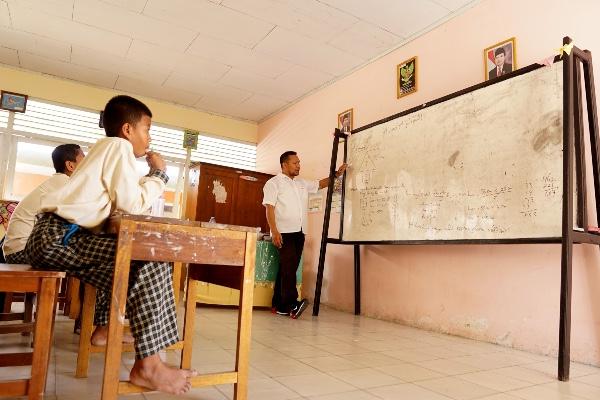 Sejumlah siswa mengikuti kegiatan belajar di Sekolah Dasar Negeri (SDN) 78 di Kota Gorontalo, Gorontalo, Rabu (20/22/2019). - ANTARA FOTO/Adiwinata Solihin