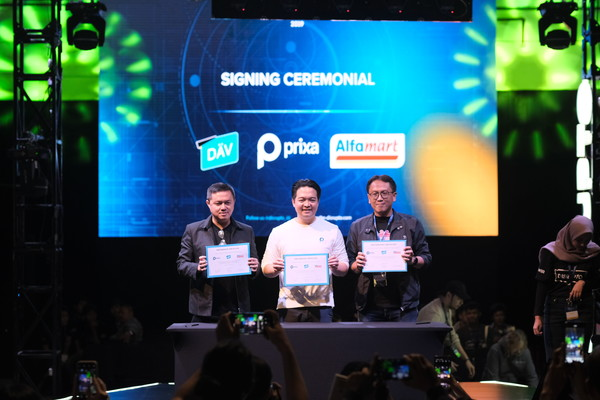 CEO WIR Group Michael Budi (kiri),  CEO & Co/Founder Prixa James Roring, dan  General Manager Digital Business of Alfamart Viendra Primadia memperlihatkan nota perjanjian kerja sama setelah sesi penandatanganan.