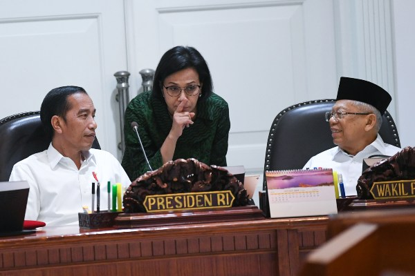 Presiden Joko Widodo (kiri) berbincang dengan Wakil Presiden Ma'ruf Amin (kanan) dan Menteri Keuangan Sri Mulyani (tengah) sebelum memimpin rapat kabinet terbatas di Kantor Presiden Jakarta, Rabu (30/10/2019). Ratas tersebut membahas penyampaian program dan kegiatan di bidang kemaritiman dan investasi. - ANTARA FOTO/Wahyu Putro A.