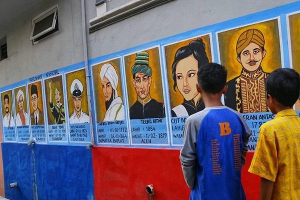 Mural atau lukisan dinding di gang kawasan Jl Pademangan Jakarta Utara - IG Anies Baswedan
