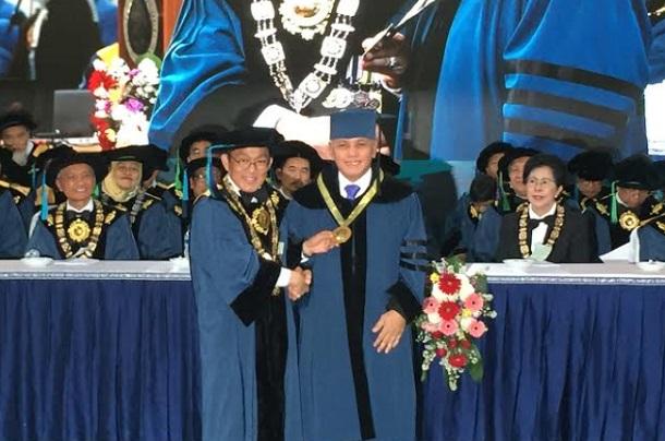 Rektor ITB, Kadarsah Suryadi (kiri) menyalami Hatta Rajasa - Bisnis/Dea Andriyawan