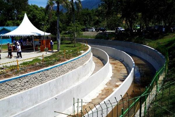 Salah satu saluran irigasi yang direkonstruksi karena rusak saat gempa 2018 di Bendungan Irigasi Gumbasa di Desa Pandere, Kecamatan Gumbasa, Kabupaten Sigi, Sulawesi Tengah, Senin (25/11/2019). - Antara/Muhammad Arsyandi