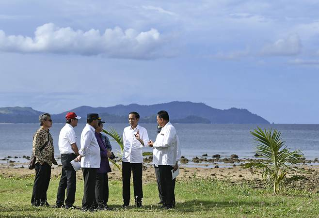 Presiden Joko Widodo (kedua kanan) melakukan kunjungan ke Kawasan Ekonomi Khusus Tanjung Pulisan, Likupang, Kabupaten Minahasa Utara, Sulawesi Utara, Kamis (4/7/2019). - ANTARA/Puspa Perwitasari