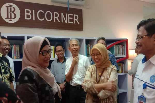 Kepala Bank Indonesia Perwakilan Sumsel Yunita Resmi (kedua dari kanan) saat meninjau BI Corner di Perpustakaan Universitas Tridinanti Palembang. Bisnis - Dinda Wulandari