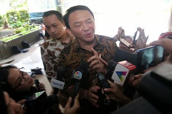 Basuki Tjahaja Purnama atau akrab disapa Ahok menjawab pertanyaan wartawan saat tiba di Kantor Kementerian BUMN, Jakarta, Senin (25/11/2019). - Antara