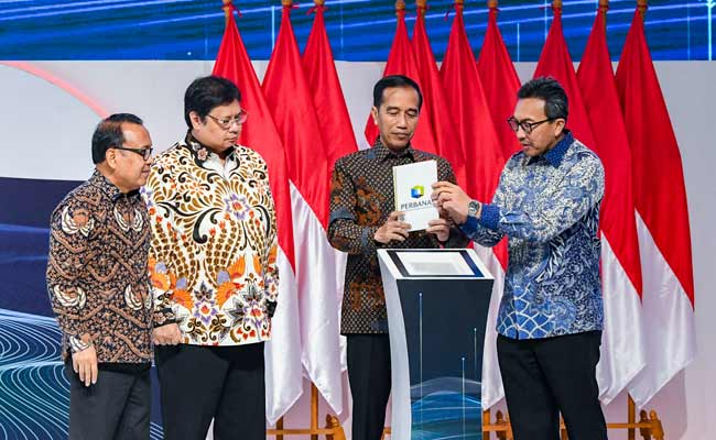 Presiden Joko Widodo (kedua kanan) bersama Menteri Koordinator Bidang Perekonomian Airlangga Hartarto (kedua kiri), Menteri Sekretaris Negara Pratikno (kiri), Wakil Ketua Perbanas Tigor Siahaan (kanan) membuka kegiatan Indonesia Banking Expo 2019 di Jakarta, Rabu (6/11 - 2019).