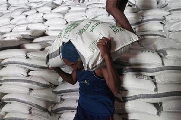 Pekerja melakukan proses bongkar muat gula di Sidoarjo, Jawa Timur - Reuters/Sigit Pamungkas