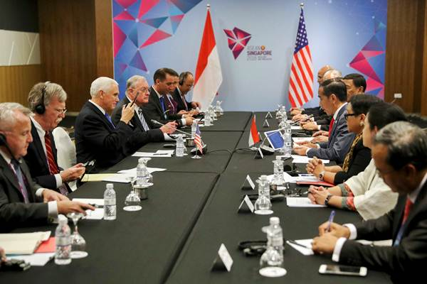 Presiden Joko Widodo (keempat kanan) dan Wakil Presiden Amerika Serikat Mike Pence (ketiga kiri) melakukan pertemuan bilateral di sela-sela KTT Asean di Pusat Konvensi Suntec, Singapura, Rabu (14/11/2018). - REUTERS/Athit Perawongmetha