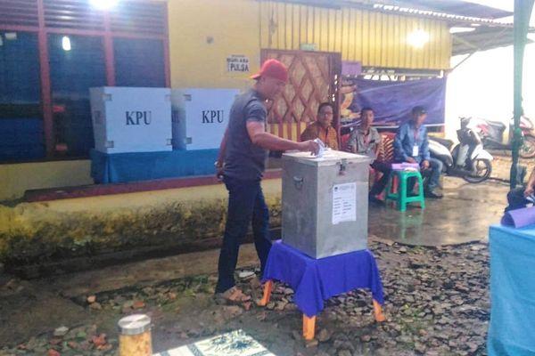 Seorang pemilih memasukkan surat suara setelah mencoblos di TPS 21 Kelurahan Wonorejo, Marpoyan Damai, Pekanbaru, Riau, untuk memilih gubernur dan wakil gubernur Riau, Rabu (27/6). - Bisnis/Arif Gunawan