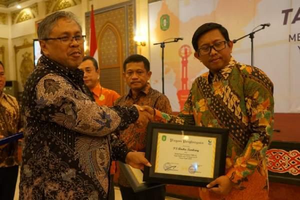 Gubernur Kalimantan Barat Sutarmidji mengapresiasi PT Aneka Tambang Tbk. Unit Bisnis Pertambangan Bauksit (UBPB) sebagai perusahaan yang paling tepat waktu dalam membayar Pajak Bumi dan Bangunan sektor Perkebunan, Kehutanan, dan Pertambangan (PBB/P3) 2018 di wilayahnya.
