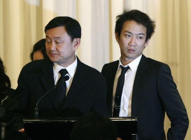 Mantan Perdana Menteri Thailand Thaksin Shinawatra (kiri) bersama putranya Panthongtae saat konferensi pers di sebuah hotel di Bangkok 28 Februari 2008. - REUTERS/Sukree Sukplang