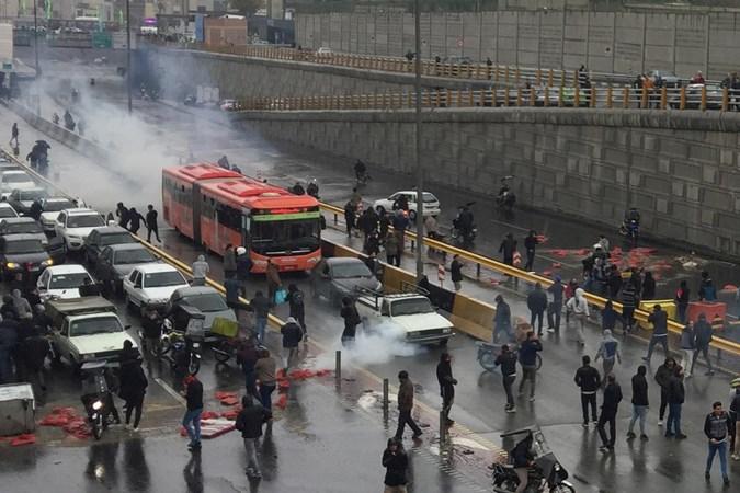 Orang-orang memprotes kenaikan harga gas, di jalan raya di Teheran, Iran 16 November 2019. - Nazanin Tabatabaee /WANA via REUTERS