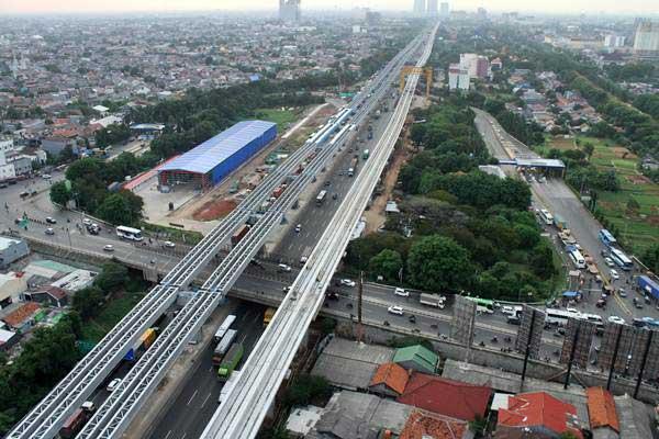 Pekerja menyelesaikan pengerjaan proyek pembangunan infrastruktur, di ruas jalan tol Jakarta-Cikampek, di Bekasi, Jawa Barat, Senin (17/12/2018). - ANTARA/Risky Andrianto