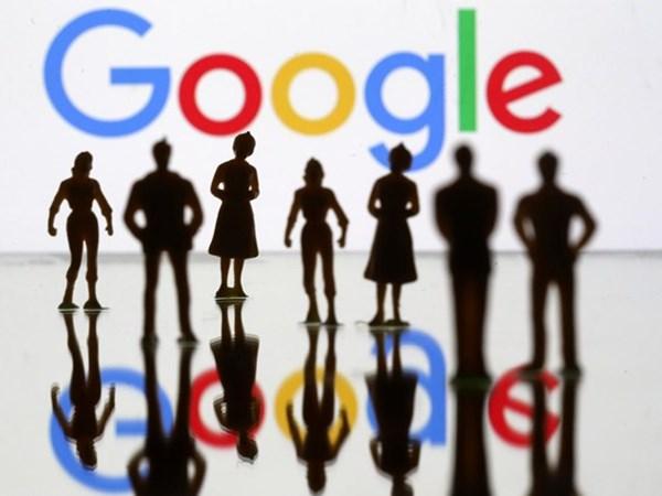 Figur mainan kecil terlihat di depan logo Google pada gambar ilustrasi ini, 8 April 2019. - REUTERS/Dado Ruvic