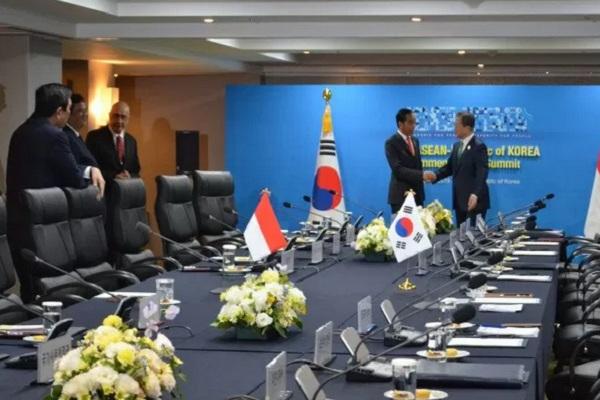 Presiden Joko Widodo dan Presiden Korea Selatan Moon Jae-in berjabat tangan saat pertemuan bilateral di Hotel Westin Busan, Korsel, Senin (25/11/2019).  - Antara