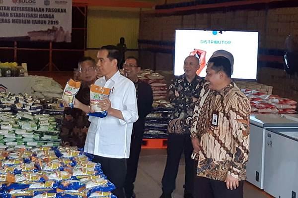 Presiden Joko Widodo (kedua kiri) meninjau gudang Badan Urusan Logistik (Bulog) di Jakarta Utara, Kamis (10/1/2019). Dalam kesempatan ini, Presiden meninjau stok beras yang dimiliki oleh Bulog. - Bisnis/Yodie Hardiyan