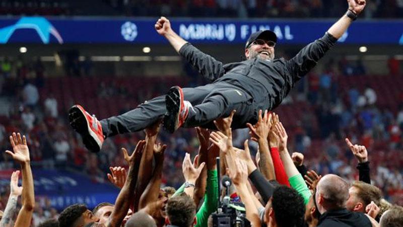 Pelatih Liverpool Jurgen Klopp diusung segenap skuat The Reds setelah membawa tim tersebut juara Liga Champions Eropa musim 2018 - 2019 pada 2 Juni 2019 dini hari WIB. - Reuters