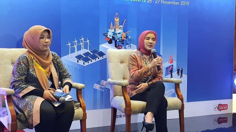 Direktur Utama PT Pertamina (Persero) Nicke Widyawati (kanan) menjawab pertanyaan wartawan dalam konferensi pers Pertamina Energy Forum 2019, Selasa (26/11/2019). - Bisnis/David E. Issetiabudi