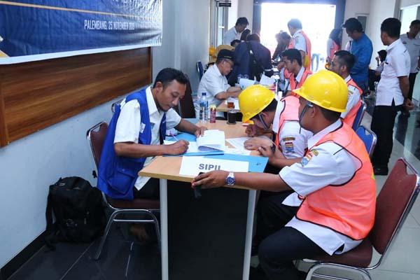 Petugas sedang melakukan uji sertifikasi kepada pekerja harian lepas. - Istimewa