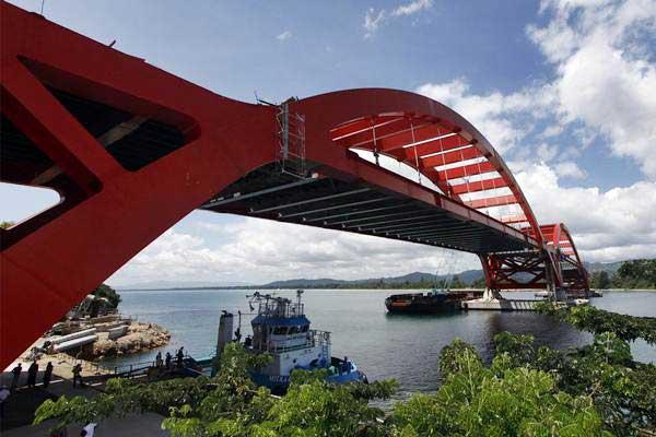 Jembatan Holtekamp di Jayapura, salah satu pembangunan fisik Papua. - Antara/Yulius Satria Wijaya
