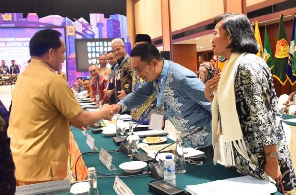 Mendagri Tito Karnavian menyalami Gubernur Jabar Ridwan Kamil - Istimewa
